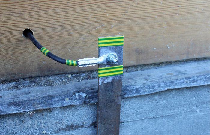 выход кабеля заземления из дома
