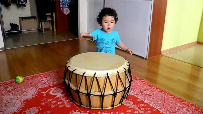 ребенок с детским барабаном