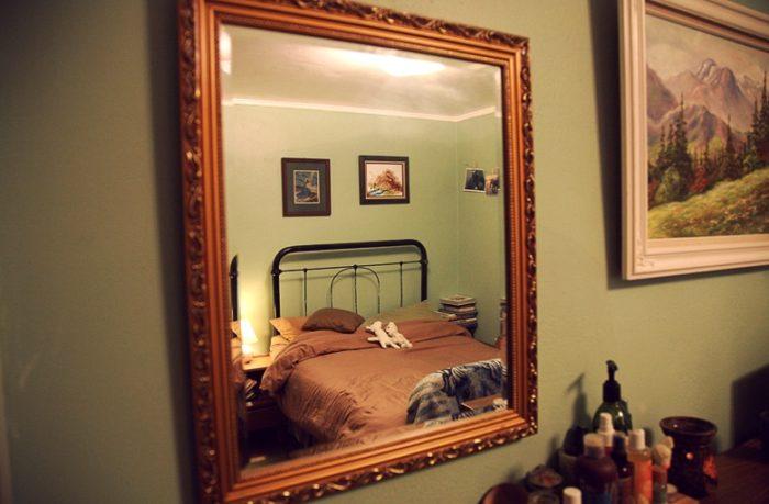 Можно ли вешать зеркало в спальне