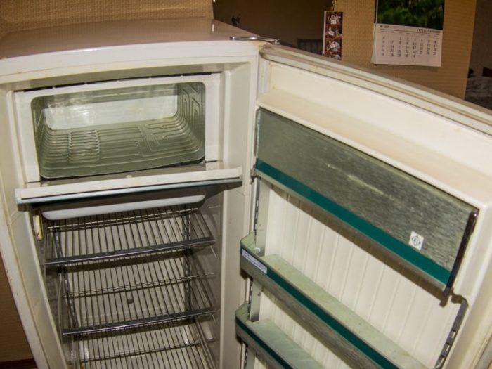 старый холодильник