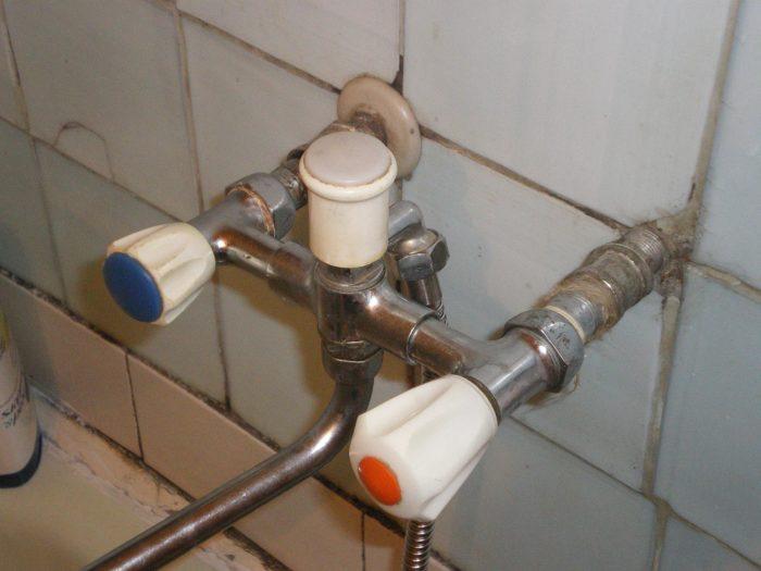 старый смеситель в ванной
