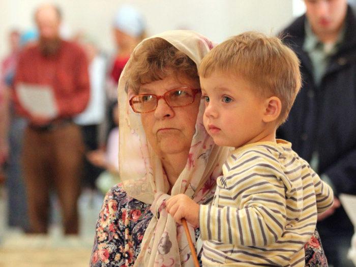 бабушка с внуком в церкви