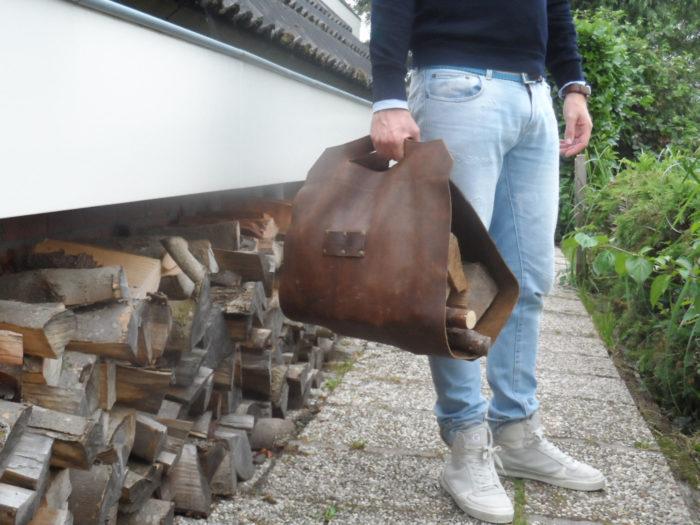 Переноска для дров из куска кожи