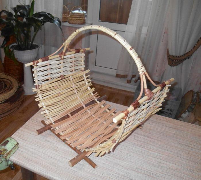Плетеная переноска для дров