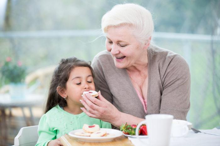 бабушка с внуком едят сладости