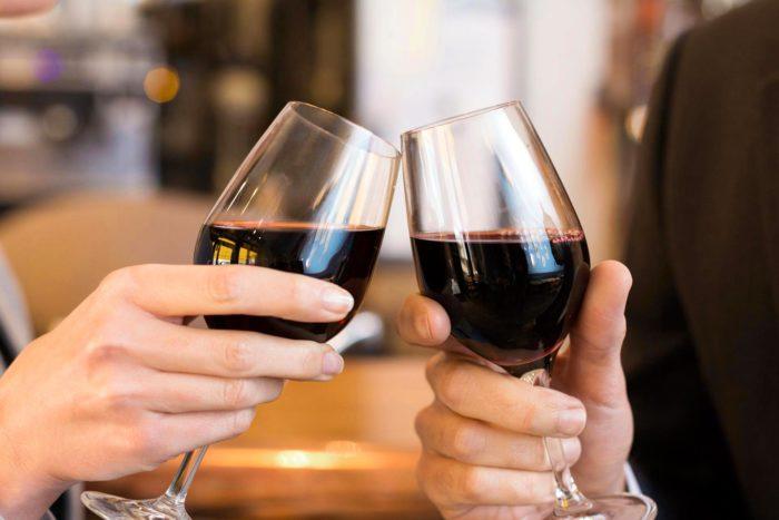 При произношении тостов пить алкогольные напитки