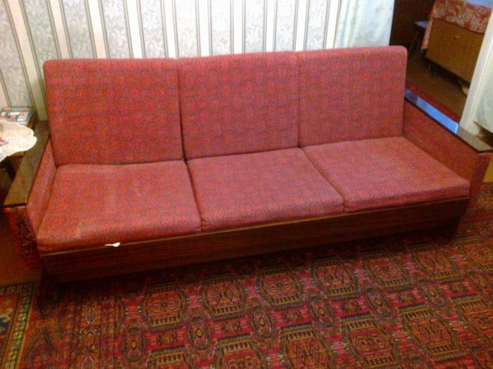 старые диваны в квартире
