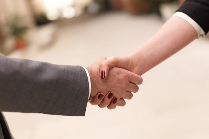 Не жмите женщине руку, если она не предложит
