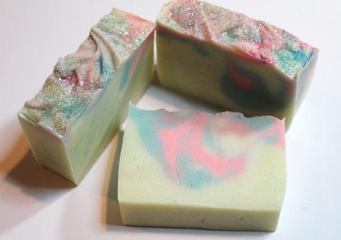 разноцветный кусок мыла из обмылков