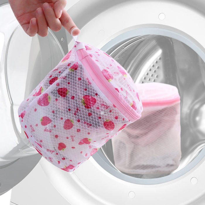 Нижнее белье нужно стирать осторожно