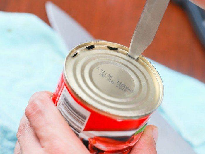 открываем консервы кухонным ножом