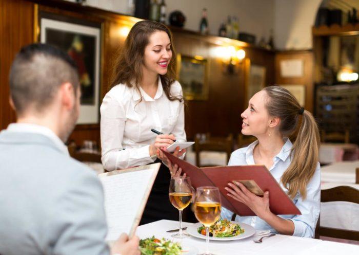Женщин в ресторанах обслуживают первыми