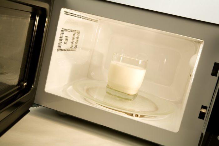 нельзя греть молоко в микроволновке